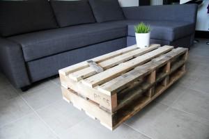 Table basse faite avec des palettes en bois brutes